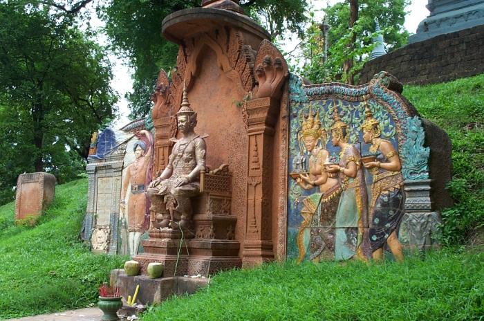 shrine_outside_wat_phnom