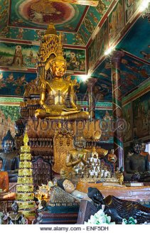 wat-phnom-temple-in-phnom-pen-cambodia-the-interior-enf5dh