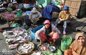 women-selling-fish-at-kandal-market-phsar-kandal-in-phnom-penh-cambodia