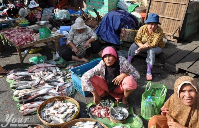 women-selling-fish-at-kandal-market-phsar-kandal-in-phnom-penh-cambodia